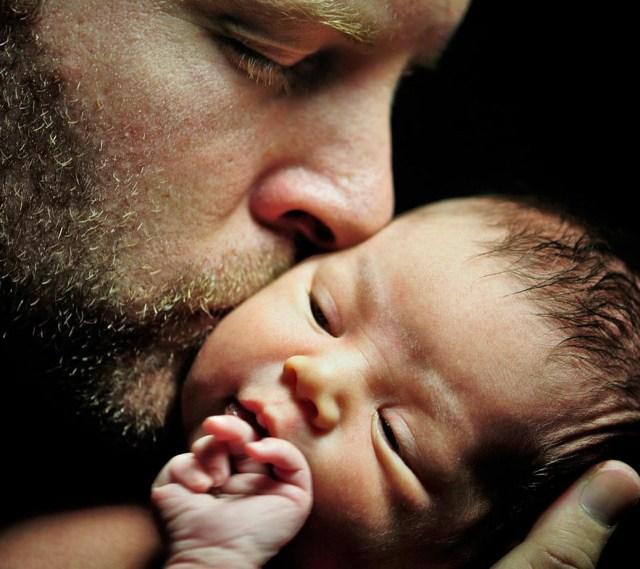 La depressione post-parto colpisce anche i papà genitore figlio neonato padre