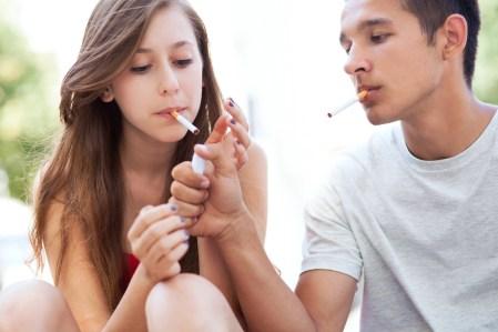 Iniziare a fumare giovanissima perchè fuma il ragazzo che ti piace: grandissimo errore