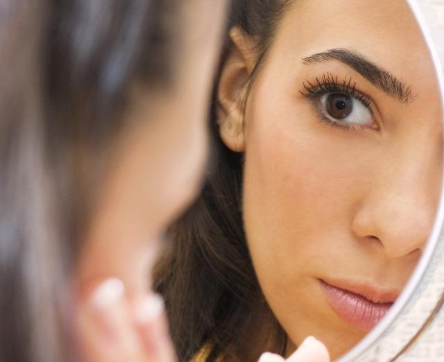 Le donne allo specchio vedono solo i loro difetti medicina online - Ragazze nude allo specchio ...