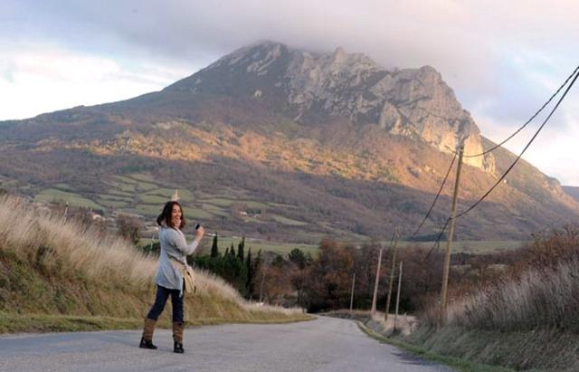 Bugarach, Francia. Questa cittadina sui Pirenei, che secondo una profezia si sarebbe salvata dall'apocalisse del 21 dicembre 2012, è stata presidiata dalle forze di polizia per evitare disordini