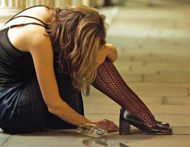 BINGE DRINKING ALCOL DROGA ALCOLISMO BERE VINO BIRRA SUPERALCOLICO
