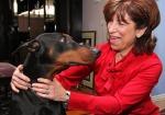Diane accanto al cane che le ha salvato la vita