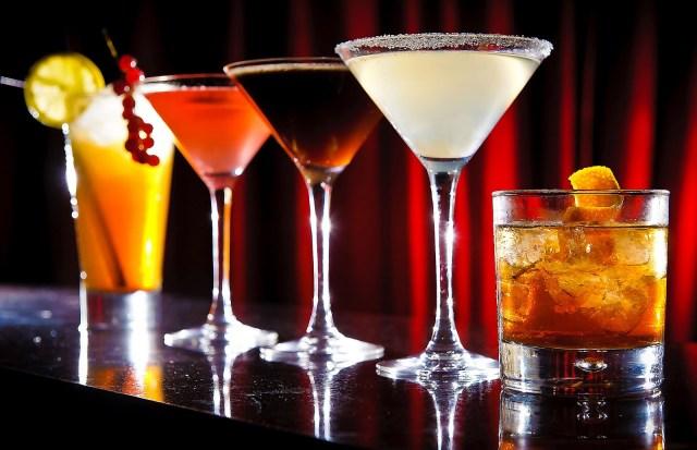 MEDICINA ONLINE BEVANDA BERE DRINK ENERGY CAFFEINA BERE DISCO DISCOTECA DROGA DIPENDENZA BICCHIERE ALCOL COCKTAIL DIABETE ZUCCHERO