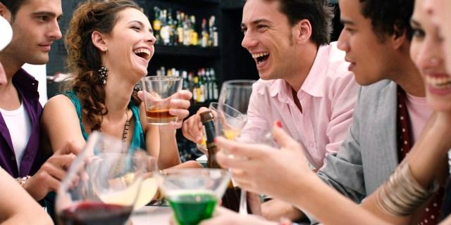 MEDICINA ONLINE BERE COCKTAIL ALCOLICO ALCOL INGRASSARE DIMAGRIRE VINO ROSSO BIANCO BOTTIGLIA LINEA CALORIE DRINKING WINE AMICI AMICIZIA GRUPPO TAVOLA MANGIARE RISTORANTE SERATA PUB BIRR