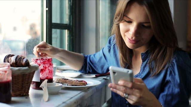 MEDICINA ONLINE CELLULARE COLAZIONE SMARTPHONE APP WHATSAPP APPLICAZIONE PROGRAMMA TELEFONARE TELEFONO TELEFONINO PHONE CALL MARMELLATA MANGIARE DONNA MATTINA BREKFAST WALLPAPER PIC HI R