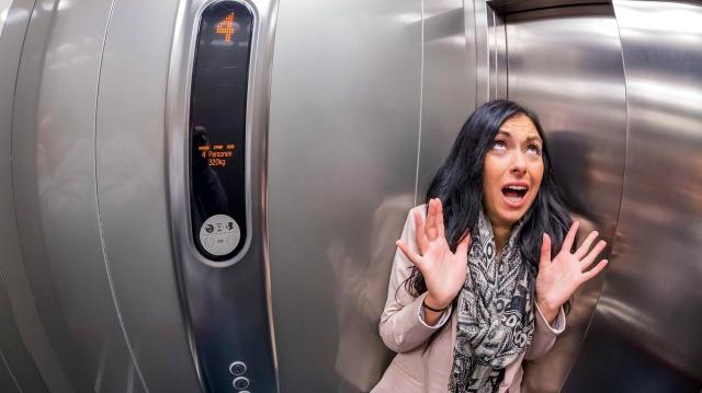 MEDICINA ONLINE ELEVATOR ASCENSORE MORTE IMPATTO CAVI ROTTURA PRECIPITA TERRORE TERROR FEAR FOBIA SCALE SALIRE SCENDERE