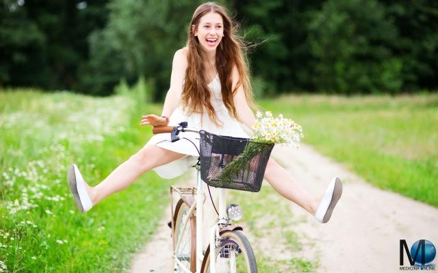 MEDICINA ONLINE FELICITA HAPPINES GIRL WOMAN CUTE YOUNG BIKE BICICLE FLOWERS WOODS NATURA NATURE BICICLETTA DONNA FIDUCIA CORAGGIO SUCCESSO SPORT VITA ALLEGRIA