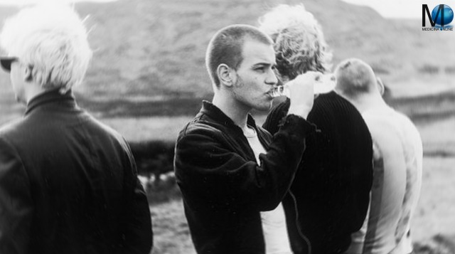 MEDICINA ONLINE FILM  MOVIE Trainspotting is a 1996 British black comedy directed by Danny Boyle, and starring Ewan McGregor, Ewen Bremner, Jonny Lee Miller, Kevin McKidd, Robert Carlyle, and Kelly Macdonald
