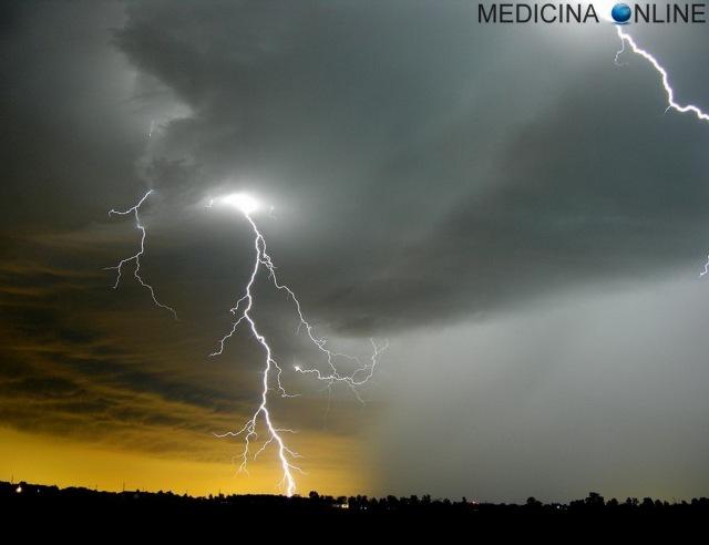 MEDICINA ONLINE TUONO LAMPO FULMINE SAETTA DIFFERENZA NEVE GRANDINE PIOGGIA NEVISCHIO GHIACCIO TEMPORALE ROVESCIO TEMPESTA NEVE ARTIFICIALE TECNICA NATURALE TORNADO TROMBA D'ARIA URAGANO
