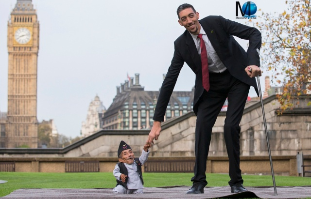 MEDICINA ONLINE PHOTO: Turkey's Sultan Kosen, who stands 2.51 metres tall, met with Chandra Bahadur Dangi from Nepal, who measures up at 55 centimetres tall