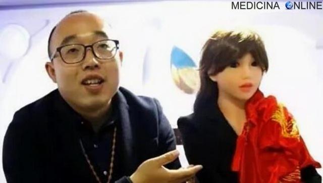 MEDICINA ONLINE Zheng Jiajia SEX ROBOT FEMALE Non trova una donna disposta a stare con lui, costruisce un robot e la sposa invecchieremo insieme.jpg