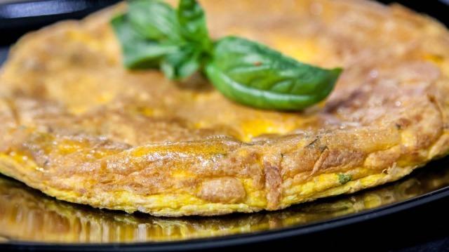 MEDICINA ONLINE FRITTATA Italian egg pie EGGS PASTO FRITTA OLIO SAUSAGE DIET LIGHT GOOD DINNER DIETA DIMAGRIRE CALORIE MANGIARE INGRASSARE DIMAGRIRE COLESTEROLO CUCINA RICETTA LEGGERA