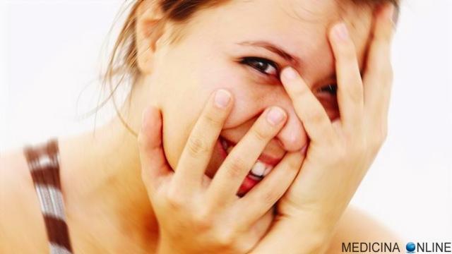 MEDICINA ONLINE PERCHE SI ARROSSISCE AMORE IMBARAZZO EMOZIONE VOLTO STRESS PELLE ROSSA RAGAZZA DONNA FACCIA ERITEMA AMORE RIMEDI face swatch red blush skin hiding.jpg