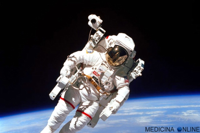 MEDICINA ONLINE SPAZIO Bruce McCandless PRIMO ASTRONAUTA PASSEGGIATA WALK SPAZIO STS-41 MMU ASTRONAUTA ASTRONOMIA.jpg