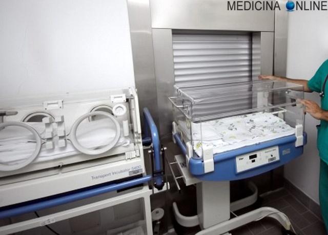 MEDICINA ONLINE CULLA TERMICA PARTO PREMATURO PRETERMINA NEONATO BAMBINO INCUBATRICE VENTILATORE SONDINO BAMBINO BIMBO GRAVIDANZA MATERNITA INCINTA Premature_infant_with_ventilator.jpg