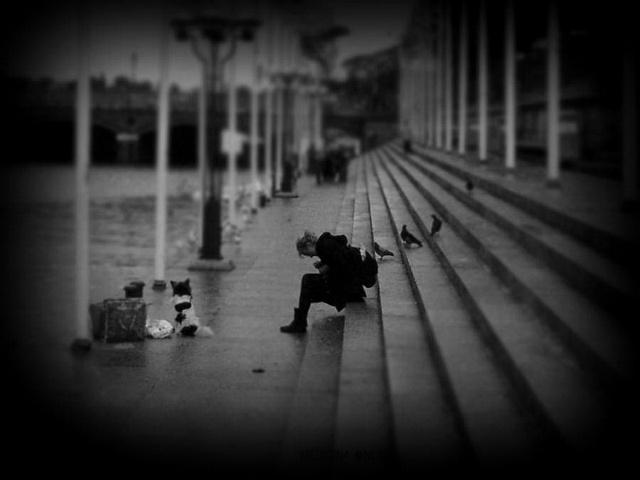 MEDICINA ONLINE DEPRESSIONE TESTIMONIANZA RACCONTO FRASI AFORISMI TRISTEZZA SOLITUDINE TRISTE VITA SPERANZA MORTE MALATTIA SENTIRSI SOLI lonely girl crowd