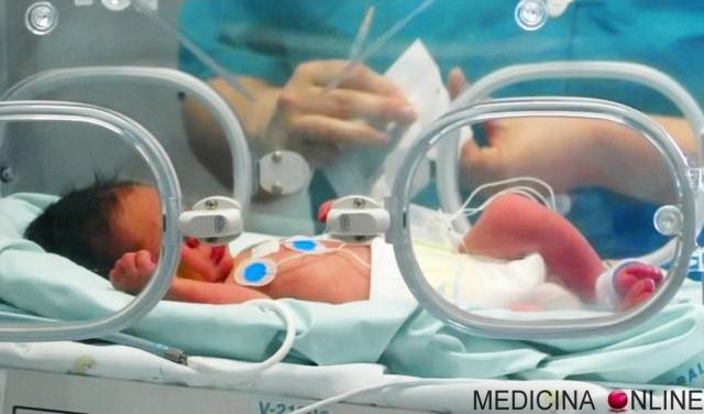 MEDICINA ONLINE PARTO PREMATURO PRETERMINA NEONATO BAMBINO INCUBATRICE VENTILATORE SONDINO BAMBINO BIMBO GRAVIDANZA MATERNITA INCINTA Premature_infant_with_ventilator.jpg