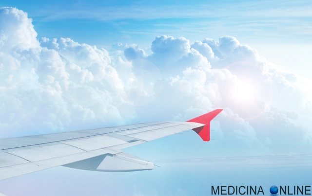 MEDICINA ONLINE AEROPLANO AEREO FLY FLYING CINETOSI NUVOLE JET LAG ORA ORARIO VOLO NAVE MARE OCEANO VIAGGIO TRAVEL MAL AUTO AUTOMOBILE MALE NAUSEA VOMITO airplane CLOUDS.jpg