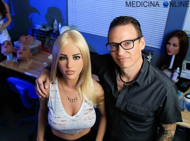 MEDICINA ONLINE SEXY DOLLS BAMBOLA GONFIABILE ROBOT IA SESSO Realbotix USAMatt McMullen.jpg