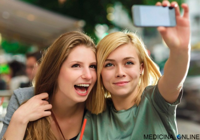 MEDICINA ONLINE DOING SELFIE FOTO PIC PICTURE GIRLS RAGAZZE SELFIE FOTO CELLULARE TELEFONINO SMARTPHONE FOTOGRAFIA AUTOSCATTO.jpg