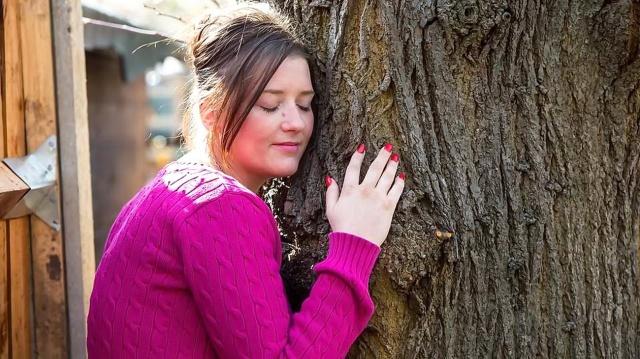 medicina-online-natura-dendrofilia-emma-mccabe-31-closer-i-m-in-love-with-a-tree-sex-sono-innamorata-di-un-albero-e-faccio-sesso-con-lui-matrimonio-tim-sposo.jpg