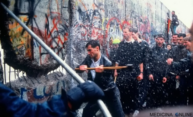 MEDINA ONLINE BERLIN WALL MURO DI BERLINO Berliner Mauer Antifaschistischer Schutzwall Barriera di protezione antifascista EUROPA GERMANIA EST OVEST COMUNISMO CAPITALISMO STORIA REPUBLICA CADUTA DEL MURO 9 NOVEMBRE 1989 XX.jpg