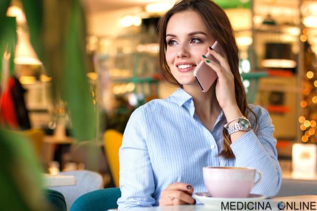 MEDICINA ONLINE CELLULARE SMARTPHONE TELEFONO TELEFONINO CANCRO TUMORE CEREBRALE CERVELLO SISTEMA NERVOSO WI FI ONDE ELETTROMAGNETICHE CUFFIA AURICOLARI TELEFONARE DONNA.jpg