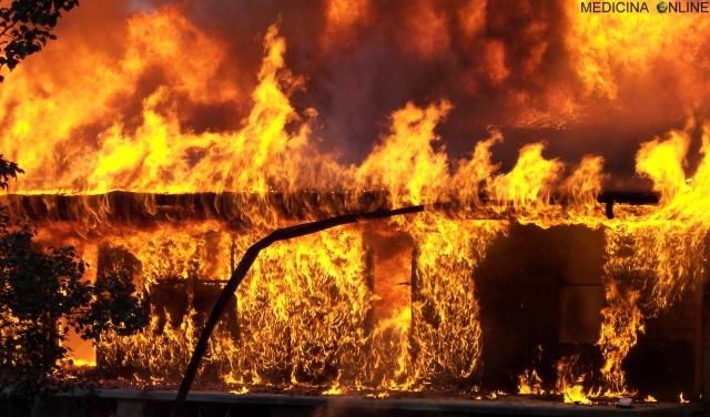 MEDICINA ONLINE FUOCO INCENDIO FIRE HOUSE CASA MONOSSIDO DI CARBONIO INTOSSICAZIONE FUMO INALAZIONE USTIONE CALORE CALDO RISCHIO MORTE DECESSO IPOSSIA CEREBRALE CO OSSIGENO O2 ARIA MUORE DANNI PERMANENTI LETALE PAURA PERICO.jpg