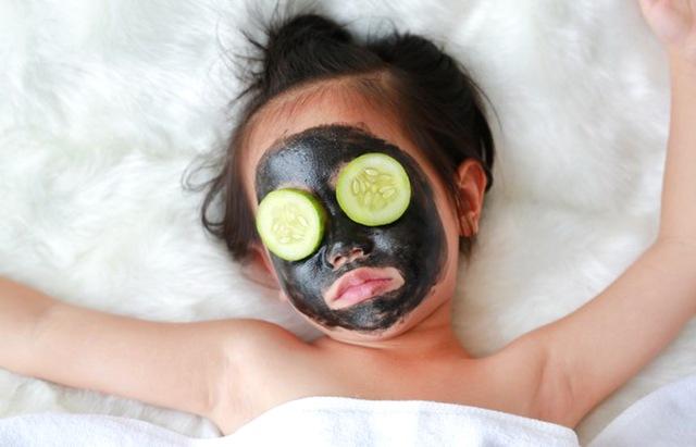 MEDICINA ONLINE PAIDOCOSMESI PEDOCOSMESI Cosmetici e maschere di bellezza per bimbe di 3 anni quali i rischi BEAUTY MASK young little girls 3 years dermatologists against.jpg