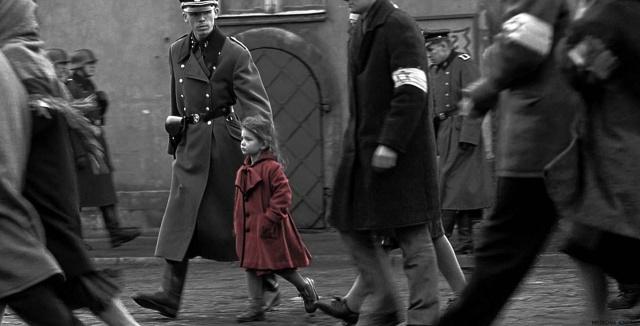MEDICINA ONLINE Oliwia Dabrowska red coat girl before after now Schindlers List Steven Spielberg  Liam Neeson Ben Kingsley  Ralph Fiennes ebrei nazismo olocausto seconda guerra mondiale campo concentramento giornata memoria.jpg