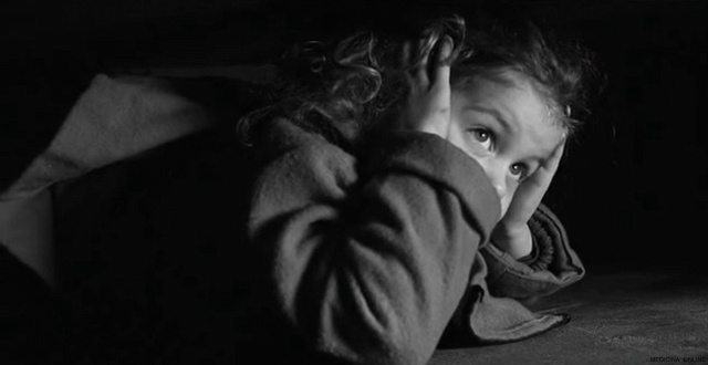 MEDICINA ONLINE Oliwia Dabrowska red coat girl hide bed nascosta sotto letto Schindlers List Steven Spielberg  Liam Neeson Ben Kingsley  Ralph Fiennes ebrei nazismo olocausto seconda guerra mondiale campo concentramento.jpg