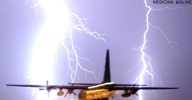 MEDICINA ONLINE AEROPLANO INCIDENTE DISASTRO AEREO lightning bolt aeroplane Cosa succede quando l'aereo su cui stai viaggiando viene colpito da un fulmine.jpg