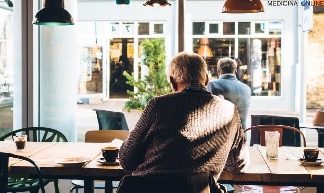 MEDICINA ONLINE CAFFE CAFE RISTORANTE MANGIARE BERE CIBO PRAZO CENA TRISTE DA SOLO SOLITUDINE TRISTEZZA PASTO INFELICITA PENSIERI VITA SOCIETA CAPPUCCINO.jpg