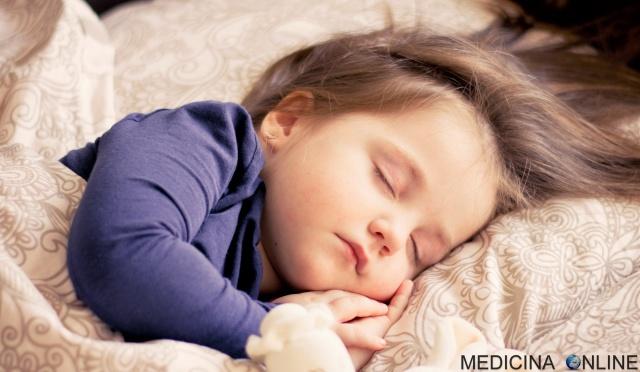 MEDICINA ONLINE DORMIRE DORME SONNO LETTO BAMBINO BIMBO PEDIATRIA NEONATO SCUOLA BABY NEW BORN REM RECUPERO PICCOLO BIMBA BAMBINA