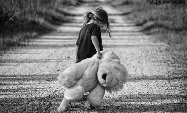 MEDICINA ONLINE BAMBINO BIMBO PEDIATRIA PEDAGOGIA TRISTE NERO DEPRESSIONE TRISTEZZA SOLITUDINE BULLISMO DIVORZIO FAMIGLIA SEPARAZIONE ORSETTO GIOCATTOLO.jpg