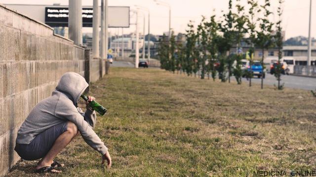 MEDICINA ONLINE ALCOLISTA CHE BEVE ALCOL ALCOHOL ALCOLICO ETANOLO ALCOLISMO TOSSICODIPENDENZA TABACCO ABUSO SOSTANZA DIPENDENZA ALCOLISTI ANONIMI TERAPIA PSICOTERAPIA